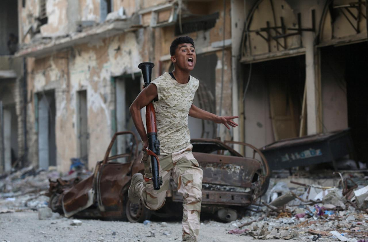 <p>A member of the Libyan National Army runs during clashes with Islamist militants in Khreibish district in Benghazi, Libya, Nov. 9, 2017. (Photo: Esam Omran Al-Fetor/Reuters) </p>