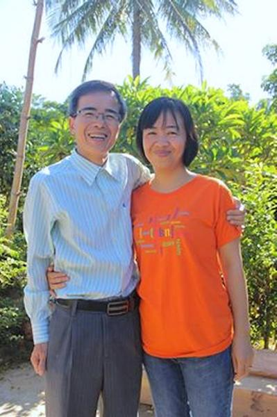 Catholic dissident lawyer Le Quoc Quan (L) poses with his wife Nguyen Thi Hien after he was freed from a prison in the central province of Quang Nam on June 27, 2015 (AFP Photo/)