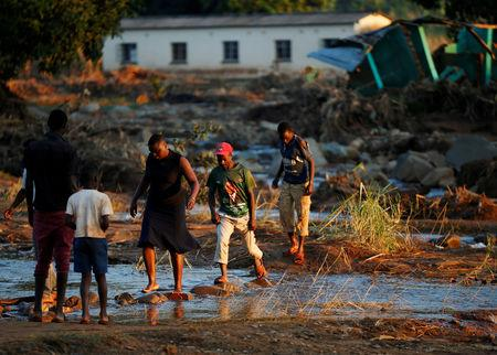 FILE PHOTO: Survivors of cyclone Idai arrive at Coppa business centre to receive aid in Chipinge