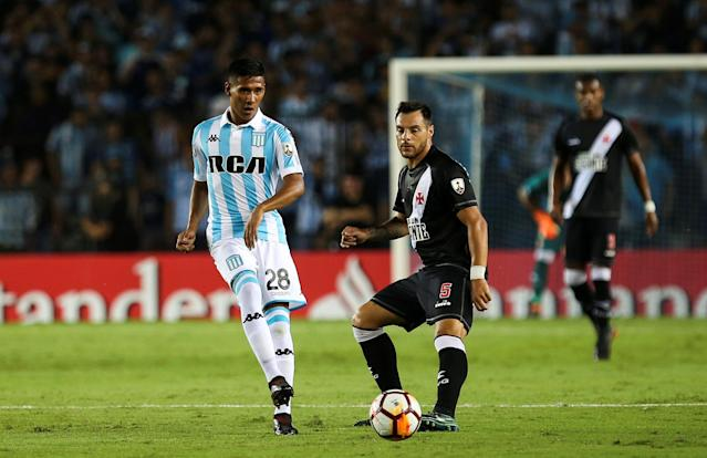 Soccer Football - Copa Libertadores - Argentina's Racing Club v Brazil's Vasco da Gama - Presidente Peron stadium, Buenos Aires, Argentina - April 19, 2018 - Racing Club's Federico Zaracho fights for the ball with Vasco da Gama's Leandro Desabato. REUTERS/Agustin Marcarian