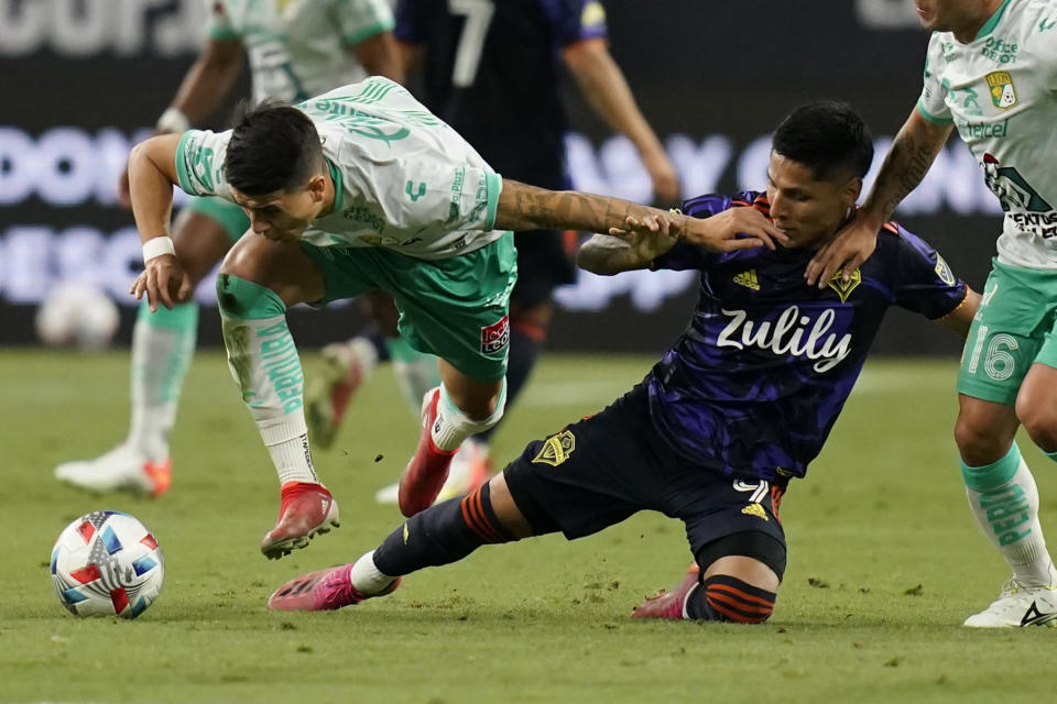 Club Leon's Santiago Colombatto, left, and Seattle Sounders' Raul Ruidiaz, right, battle for the ball during the first half of the Leagues Cup soccer final Wednesday, Sept. 22, 2021, in Las Vegas. (AP Photo/John Locher)