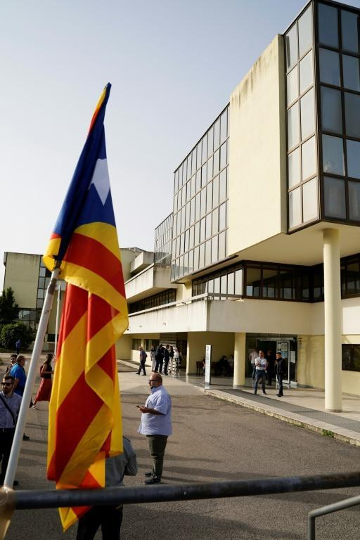 A Catalonian flag displayed outside the court (AFP/Gianni BIDDAU)