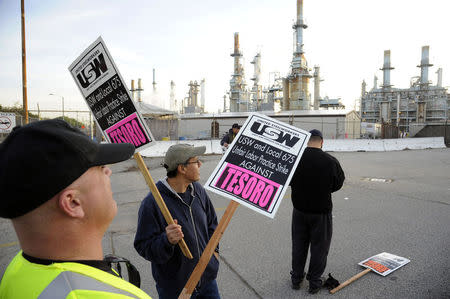 Members of the United Steel Workers union picket the Tesoro refinery in Carson, California February 2, 2015. REUTERS/Bob Riha, Jr.