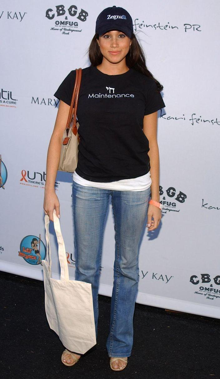 <p>Grabbing swag at the pre-Emmy Style Lounge in 2005.</p>