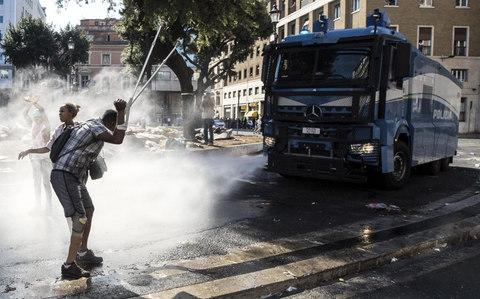 Italian police use water cannons to disperse migrants in Rome - Credit: Ansa