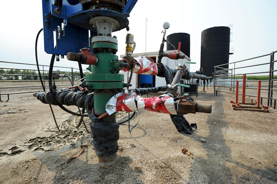 Well head pumping oil into storage tank at a well site about 60 kilometres east of the field office during a tour of Gear Energy's well sites near Lloydminster, Saskatchewan August 27, 2015. Amid the corn and canola fields of eastern Saskatchewan, oil foreman Dwayne Roy is doing what Saudi Arabia and fellow OPEC producers are loath to do: shutting the taps on active wells. Inside a six-foot-square wooden shed that houses a basic hydraulic pump, the Gear Energy Ltd employee demonstrates how shutting down a conventional heavy oil well in this lesser-known Canadian oil patch is as simple as flipping a switch. His company has already done so hundreds of times this year, making the Lloydminster industry among the first in the world to yield in a global battle for oil market share that has sent crude prices tumbling to six-year lows. Picture taken August 27, 2015.  REUTERS/Dan Riedlhuber