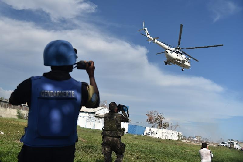 A helicopter with UN Secretary-General Ban Ki-moon on board leaves the city of Les Cayes, in the southwest of Haiti, on October 15, 2016 (AFP Photo/Hector Retamal)