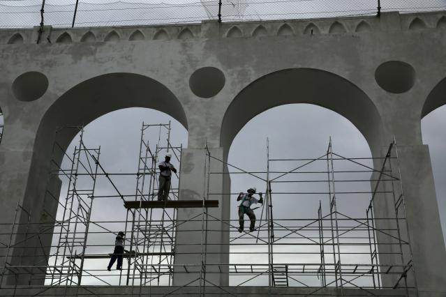 Workers prepare scaffolds to paint the Arcos da Lapa (Lapa Arches), an old aqueduct from the colonial era, in Rio de Janeiro April 16, 2014. Rio de Janeiro is one of the host cities for the 2014 World Cup in Brazil. REUTERS/Pilar Olivares (BRAZIL - Tags: SPORT SOCCER WORLD CUP TRAVEL BUSINESS CONSTRUCTION)