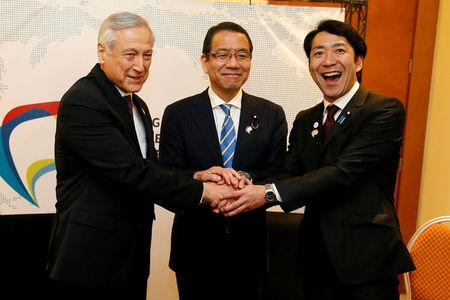 "Chile's Foreign Minister Heraldo Munoz (L) shakes hands with Japan's State Cabinet Office Minister Takao Ochi (C) and Japan's Parliamentary Vice-Minister of Economy, Trade and Industry Toshinao Nakagawa during a meeting of the ""Alianza del Pacifico"" (Pacific Alliance) in Vina del Mar, Chile March 14, 2017. REUTERS/Rodrigo Garrido"