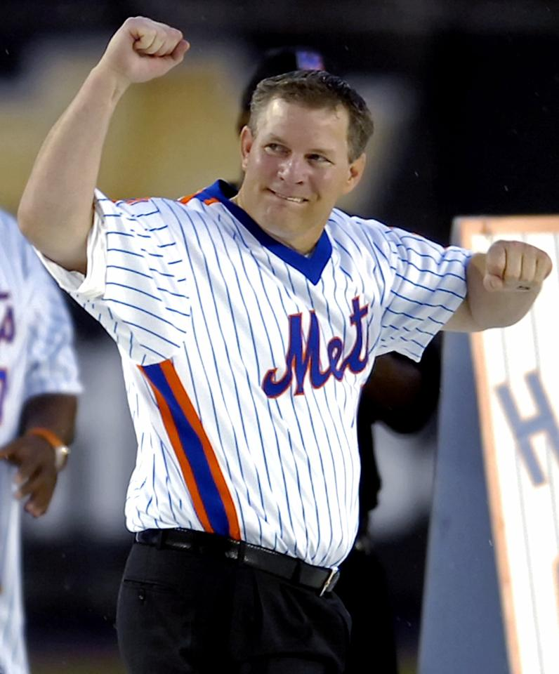 New York Mets' Lenny Dykstra reacts as the 1986 World Series Mets were honored during National League baseball at Shea Stadium in New York in this August 19, 2006 file photo. Dykstra, already facing federal bankruptcy fraud charges, was charged in a California state case on June 6, 2011 with trying to lease cars using phony business and credit information.  REUTERS/Bill Kostroun/Files