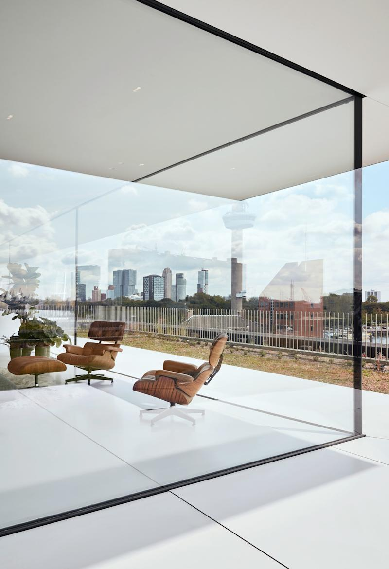 The large glass façade is not only load bearing but also ultraclear glass.