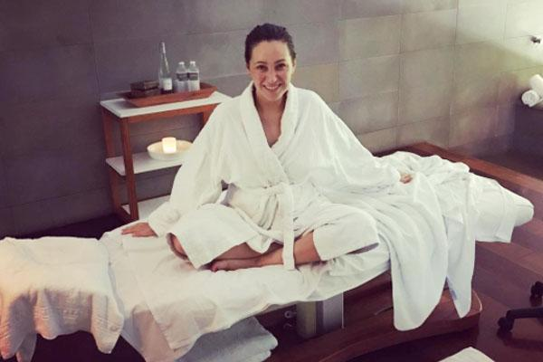 Zoe found her zen as she robed-up to receive a pregnancy massage at Qualia resort.