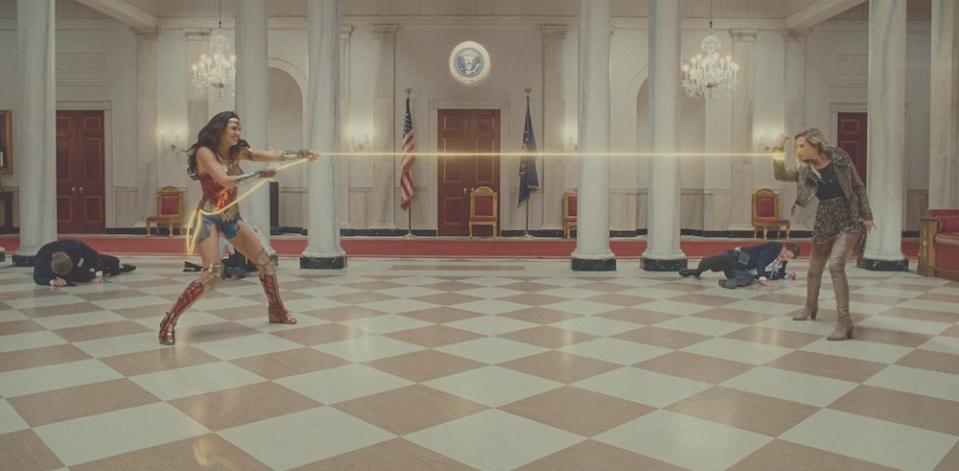 Wonder Woman (Gal Gadot) vs Cheetah (Kristen Wiig) in Wonder Woman 1984 (PHOTO: Warner Bros Pictures)