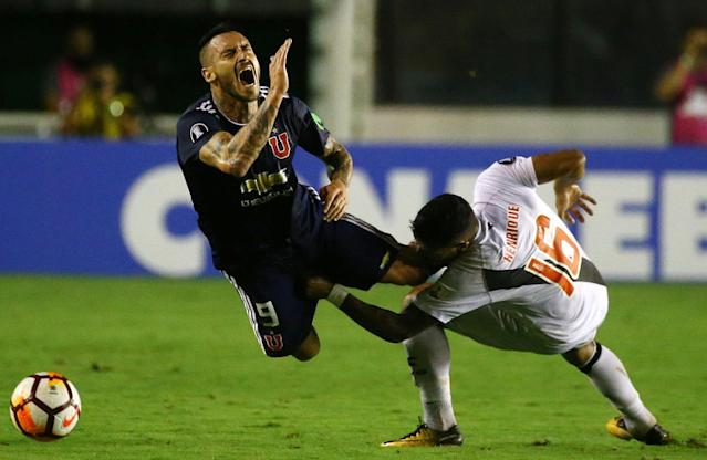 Soccer Football - Brazil's Vasco da Gama v Chile's Universidad de Chile - Copa Libertadores - Sao Januario Stadium, Rio de Janeiro, Brazil - March 13, 2018. Mauricio Pinilla (9) of Universidad de Chile in action against Henrique of Vasco da Game. REUTERS/Pilar Olivares