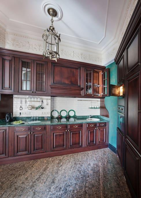 <p>The kitchen is elegant and ready for you to prepare some local delicacies.<br>(Airbnb) </p>