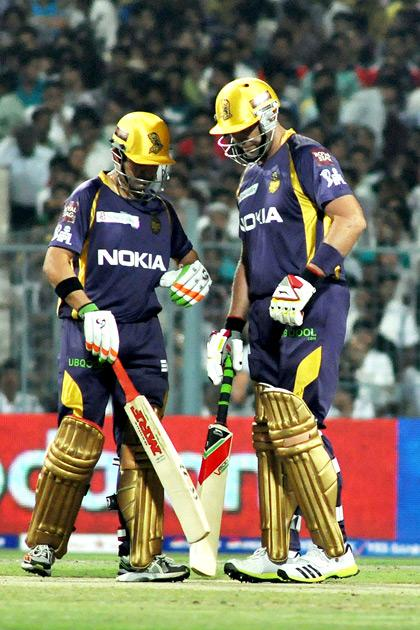 Kolkata Knight Riders captain Gautam Gambhir talking to Jacques Kallis during IPL T-20 match between KKR and DD at Eden Gardens in Kolkata on April 3, 2013. (Photo: IANS)