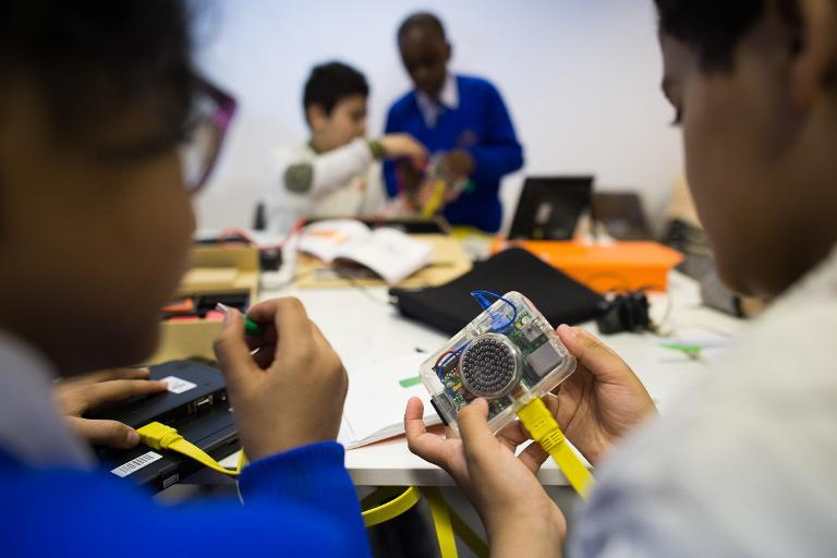 """School children construct working computers as they take part in a """"Kano Party"""" in central London on January 24, 2015 (AFP Photo/Leon Neal)"""