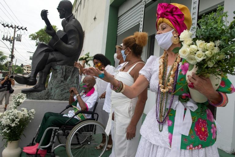 Members of Rio de Janeiro's samba schools pay tribute to the thousands of Brazilian victims of the Covid-19 pandemic