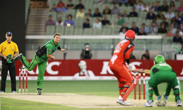 MELBOURNE, AUSTRALIA - JANUARY 06:  Shane Warne of the Melbourne Stars bowls to Marlon Samuels of the Melbourne Renegades during the Big Bash League match between the Melbourne Stars and the Melbourne Renegades at Melbourne Cricket Ground on January 6, 2013 in Melbourne, Australia.  (Photo by Michael Dodge/Getty Images)