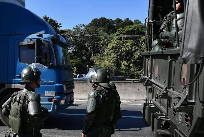 Soldiers take part in an operation to clear highway Regis Bittencourt, 30 km from Sao Paulo, on May 30, 2018 as a truckers' strike against rising fuel costs (AFP Photo/Nelson ALMEIDA)
