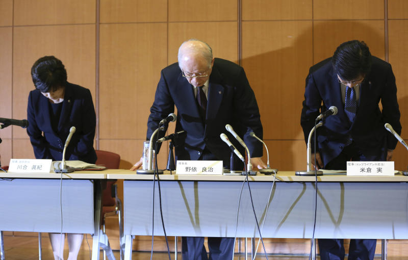 Japan's research institute RIKEN President Ryoji Noyori, center, RIKEN Executive Directors, Maki Kawai, left, and Minoru Yonekura, bow during a press conference in Tokyo Tuesday, April 1, 2014. Scientists at the institute said Tuesday that discrepancies in research published in January in scientific journal Nature stemmed from image manipulation and data fabrication. They said researcher Haruko Obokata, the lead author of the paper in Nature, had manipulated or falsified images of DNA fragments used in the research. (AP Photo/Eugene Hoshiko)