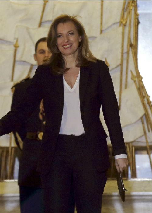 Current companion of the French President Hollande, Trierweiler effortlessly delivers in this classic semi-formal outfit accessorized with a simple clutch.