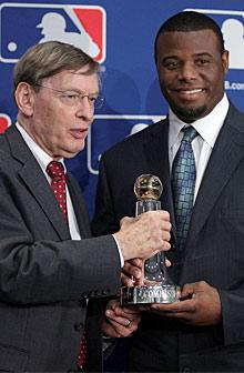 MLB commissioner Bud Selig presents the Commissioner's Historic Achievement Award to Ken Griffey Jr. on Monday