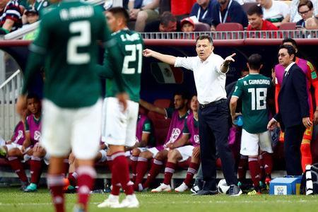 Soccer Football - World Cup - Group F - Germany vs Mexico - Luzhniki Stadium, Moscow, Russia - June 17, 2018 Mexico coach Juan Carlos Osorio gestures REUTERS/Axel Schmidt