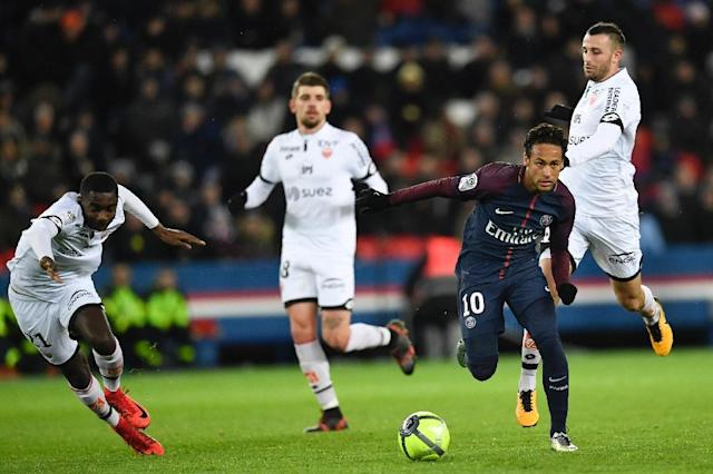 Paris Saint-Germain's forward Neymar (R) makes his way through the defence during the French L1 football match against Dijon January 17, 2018 (AFP Photo/CHRISTOPHE SIMON)