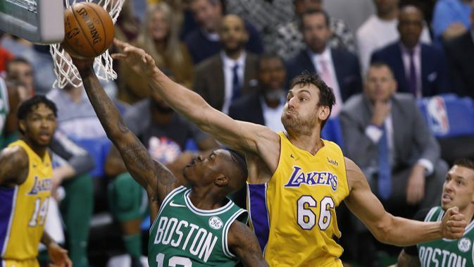 Pemain Boston Celtics, Terry Rozier (depan) memasukan bola saat diadang pemain Los Angeles Lakers, Andrew Bogut pada laga NBA basketball game di TD Garden, Boston, (8/11/2017). Celtics menang 107-96. (AP/Winslow Townson)