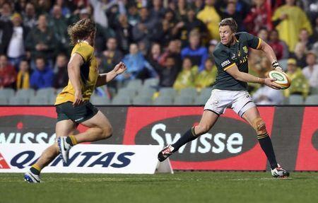 Jean de Villiers of South Africa's Springboks passes the ball under pressure from Michael Hooper (L) of Australia's Wallabies during their Tri-Nations Rugby Union match at Subiaco Oval in Perth, Western Australia, September 6, 2014. REUTERS/Stringer