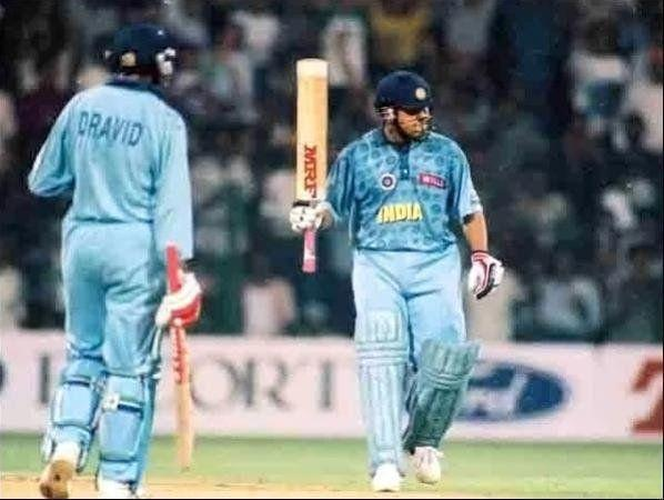 The jersey had dark blue circular designs all across while the players' names were also in dark blue