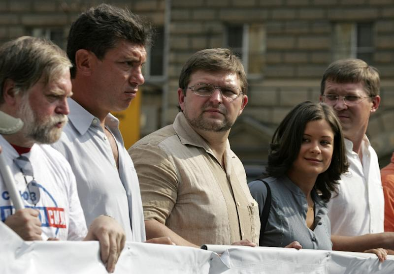 "From R-L: Vladimir Ryzhkov, Maria Gaidar, Sergei Mironov, Boris Nemtsov, and Alexander Byalko, parade through Moscow during ""Flag Day"" on August 22, 2007 (AFP Photo/Maxim Marmur)"