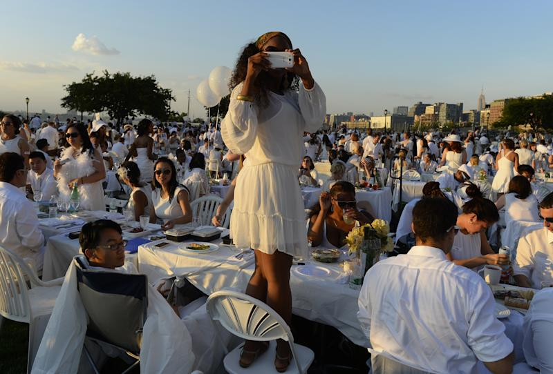 Guests attend the annual Diner en Blanc at Nelson A. Rockefeller Park in New York August 25, 2014 (AFP Photo/Tmothy A. Clary)