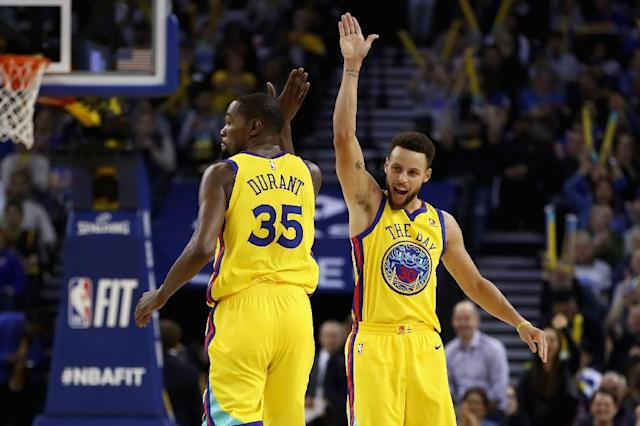 Kevin Durant (L) scored 24 points and Stephen Curry added 20 as the Golden State Warriors snapped out of the doldrums with a 121-103 victory over the Dallas Mavericks, on February 8, 2018 (AFP Photo/EZRA SHAW)