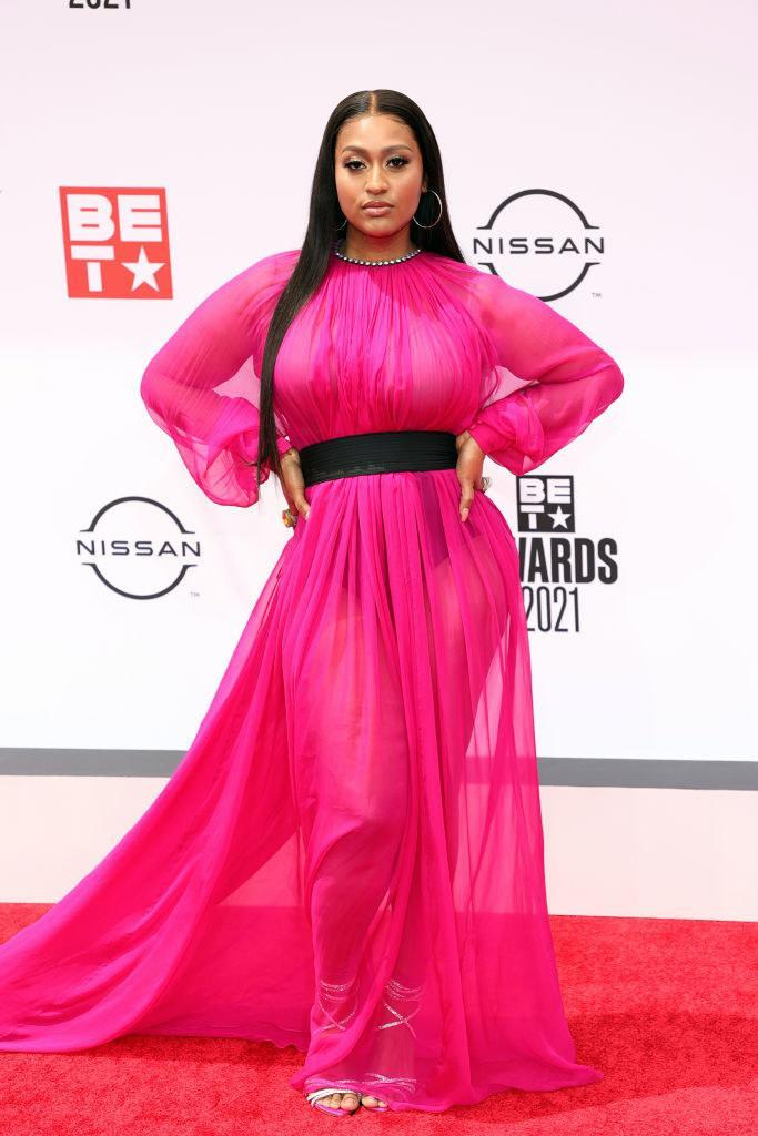 Jazmine Sullivan attends the BET Awards 2021 in a flowing belted dress