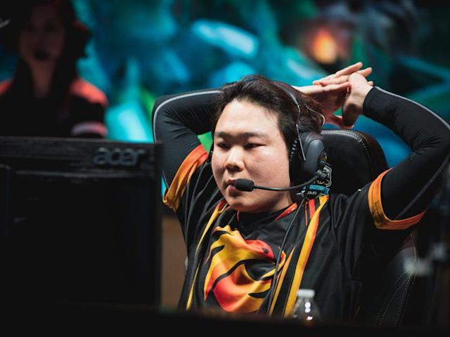 """No """"Arrow"""" Dong-hyeon stretches on the NA LCS stage (Riot Games/lolesports)"""