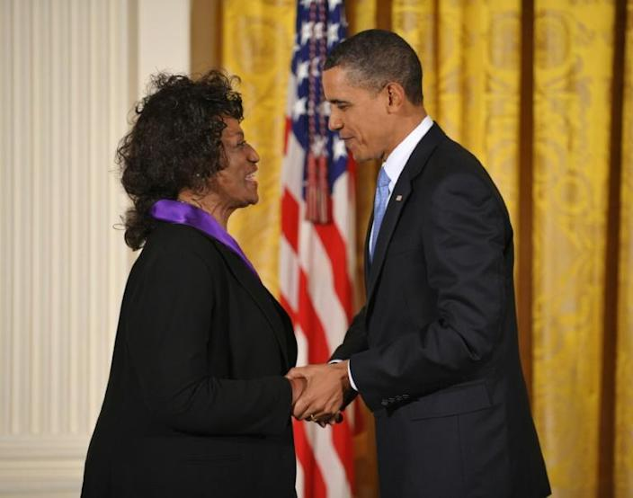 US President Barack Obama presents the 2009 National Medal of Arts to opera singer Jessye Norman (AFP Photo/Mandel NGAN)