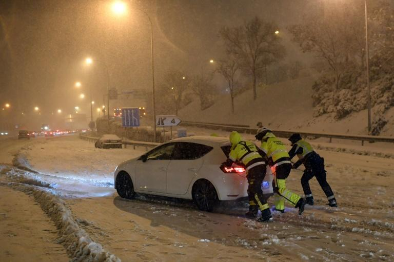 Firefighters helped by the army, freed hundreds of motorists overnight