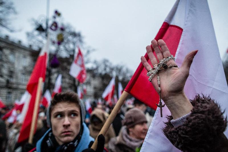 A supporter of the Law and Justice (PiS) right wing opposition party holds a rosary while taking part in a massive demonstration in Warsaw, on December 13, 2014 (AFP Photo/Wojtek Radwanski)