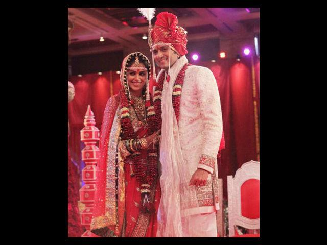 <b>4. Genelia D'Souza </b><br>Genelia and Riteish had a typical Maharashtrian-style wedding. The couple wore the traditional headgears. She wore a red sari designed by Neeta Lulla.