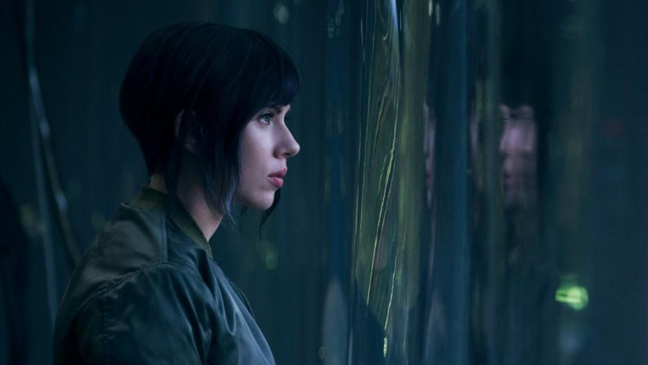 Paramount Pictures released a new scene from the upcoming, live-action Ghost in the Shell movie featuring Scarlett Johansson's character taking a dive off the top of a tower in order to stop a violent attack inside the building.