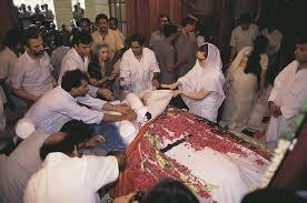 A reconstructed body of Rajiv Gandhi is given back to his family for the state funeral