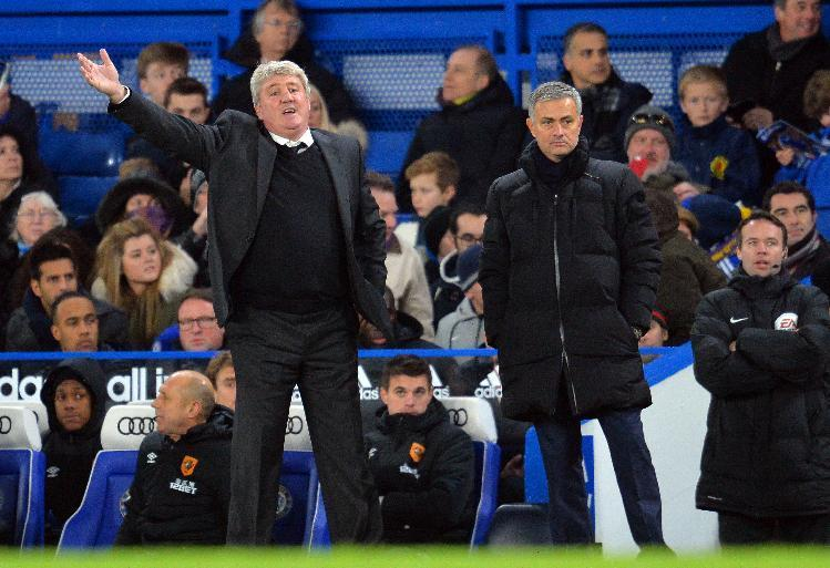 Hull City's English manager Steve Bruce (L) gestures next to Chelsea's Portuguese manager Jose Mourinho (R) during a English Premier League football match in London on December 13, 2014 (AFP Photo/Glyn Kirk)