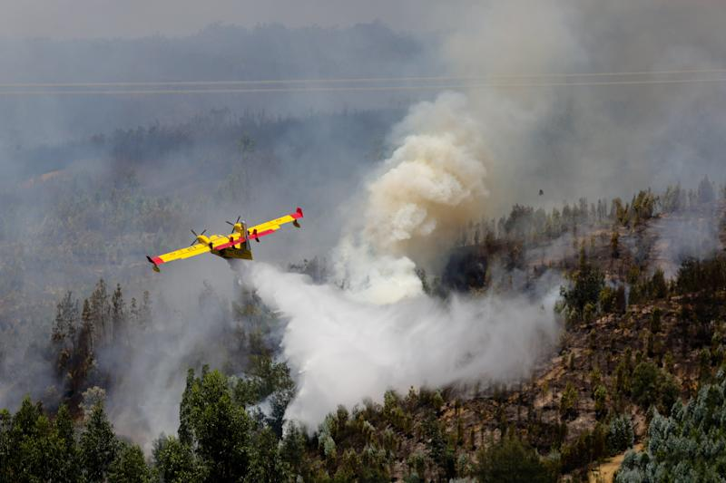 Pedrogao Grande (Portugal), 18/06/2017.- A Spanish Canadair fire fighting aircraft drops water over the Pedrogao Grande forest fire, in central Portugal, 18 June 2017. At least sixty two people have been killed in forest fires in central Portugal, with many being trapped in their cars as flames swept over a road on the evening of 17 June 2017. A total of 692 firefighters are providing assistance. (Incendio) EFE/EPA/MIGUEL A. LOPES