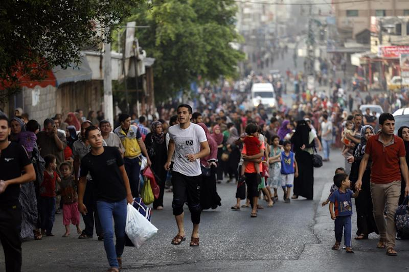 The streets of Gaza's Shejaiya district fill up on July 20, 2014, as residents flee their homes (AFP Photo/Mohamed Abed)