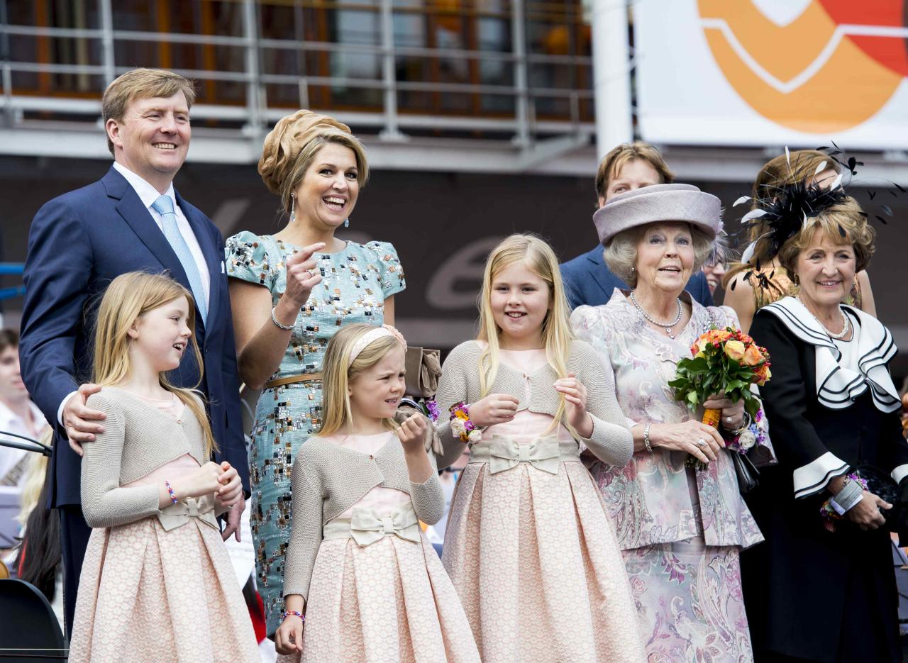 """King Willem Alexander (L) and Queen Maxima of the Netherlands (2nd L) and their daughters Amalia, Ariane and Alexia (R to L) and Princess Beatrix (2nd R) and Princess Margriet (R) pose for photographers on the first King's Day in Amstelveen April 26, 2014. The Dutch are celebrating their first ever """"King's Day"""", a national holiday held in honour of the Netherlands' newly installed monarch, King Willem-Alexander. REUTERS/Frank van Beek/Pool (NETHERLANDS - Tags: ROYALS ENTERTAINMENT POLITICS SOCIETY)"""