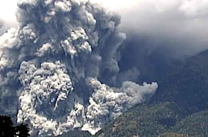 A TV image shows the eruption of Mount Ontake in Japan's Nagano prefecture on September 27, 2014 (AFP Photo/Jiji Press)