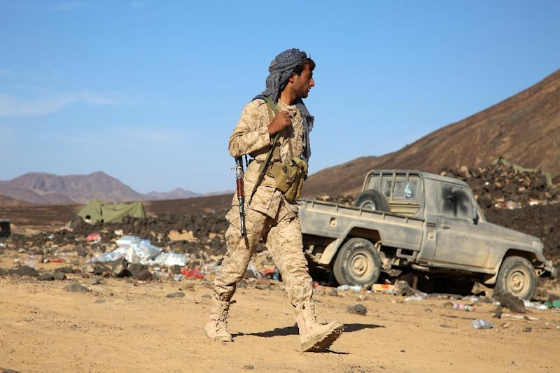 An armed Yemeni tribesman from the Popular Resistance Committees, supporting forces loyal to Yemen's Saudi-backed fugitive President Hadi, holds a position in the Marib province, east of Sanaa, September 24, 2015 (AFP Photo/Abdullah Hassan)