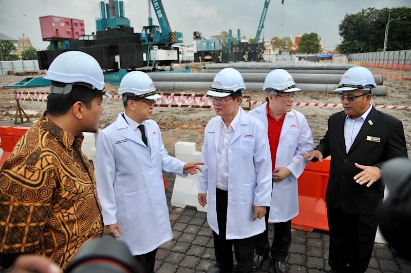 Sunway Group founder and chairman Tan Sri Jeffrey Cheah (second left) and Penang Chief Minister Chow Kon Yeow (centre) after the Sunway Medical Centre Seberang Jaya groundbreaking ceremony in Seberang Jaya September 7, 2018. — Picture by KE Ooi